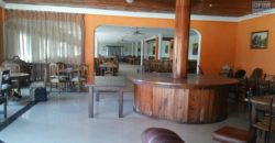 Une salle de réception équipée au bord de la route, Alarobia
