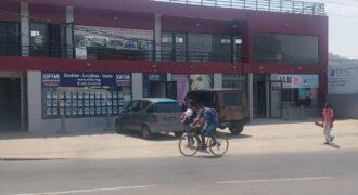 Local commercial vitré au bord de la route, Ambohibao